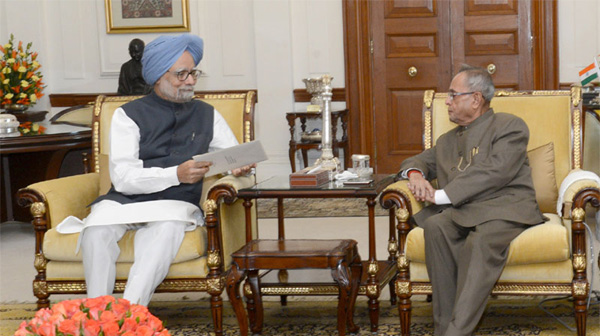 The Prime Minister, Dr. Manmohan Singh submitting his resignation to the President, Shri Pranab Mukherjee, in New Delhi on May 17, 2014.
