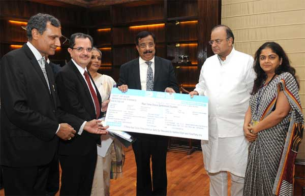 The CMD of Dena Bank, Ashwani Kumar presenting a dividend cheque to the Union Minister for Finance, Corporate Affairs and Defence, Arun Jaitley, in New Delhi on July 22, 2014.