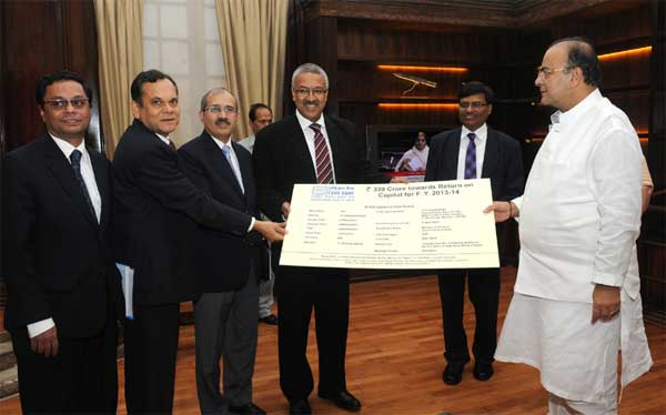 The CMD of Export-Import Bank of India (Exim Bank), Yaduvendra Mathur presenting a dividend cheque to the Union Minister for Finance, Corporate Affairs and Defence, Arun Jaitley, in New Delhi on July 22, 2014.