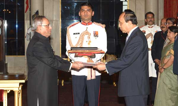 Southam Sakonninhom, Ambassador-designate of Lao PDR presenting his credentials to the President of India, Pranab Mukherjee, at Rashtrapati Bhavan, in New Delhi on July  31, 2014.