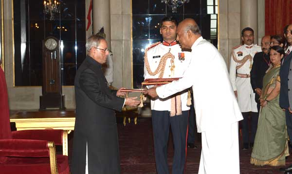 Prof. Sudharshan Seneviratne, High Commissioner-designate of Sri Lanka presenting his credentials to the President of India, Pranab Mukherjee, at Rashtrapati Bhavan, in New Delhi on July  31, 2014.