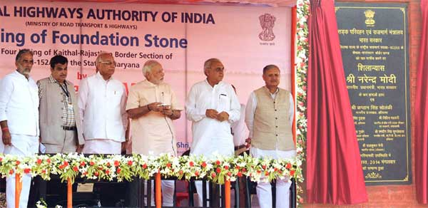 """The Prime Minister, Narendra Modi unveiling the plaque to lay the Foundation Stone for the four-laning of """"Kaithal-Narwana-Hisar-Rajasthan Border"""" Highway, at Kaithal, in Haryana on August 19, 2014. The Governor of Haryana, Prof. Kaptan Singh Solanki, the Chief Minister of Haryana, Bhupinder Singh Hooda, the Union Minister for Road Transport & Highways and Shipping, Nitin Gadkari, the Minister of State for Road Transport & Highways and Shipping, Krishan Pal and the Minister of State for Planning (Independent Charge), Statistics and Programme Implementation (Independent Charge) and Defence, Rao Inderjit Singh are also seen."""