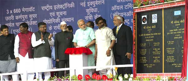 The Prime Minister, Narendra Modi unveiling the plaque to dedicate the 765kV Ranchi-Dharamjaygarh-Sipat Inter-regional transmission line to the Nation and inaugurating initiate commencement of work on 3x660 MW North Karanpura Super Thermal Power Project, in Ranchi, Jharkhand on August 21, 2014. The Governor of Jharkhand, Syed Ahmed, the Chief Minister of Jharkhand, Hemant Shoren, the Union Minister for Communications & Information Technology and Law & Justice, Ravi Shankar Prasad, the Minister of State (Independent Charge) for Power, Coal and New and Renewable Energy, Piyush Goyal and other dignitaries are also seen.