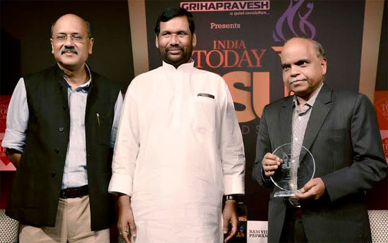"""Vinod Behari, Executive Director (HR & CC), REC conferred with India Today PSUs Award 2014 for """"Best HR Practices"""" in the Navratna PSUs category from REC from the Chief Guest, Shri Ram Vilas Paswan, Union Minister for Consumer Affairs, Food and Public Distribution"""