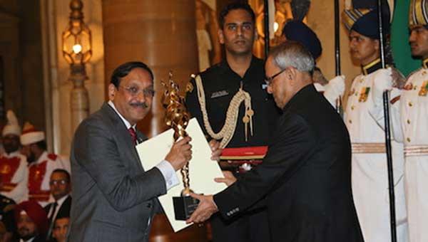ONGC CMD D.K. Sarraf receiving Rashtriya Khel Protsahan Puruskar from President of India Pranab Mukherjee