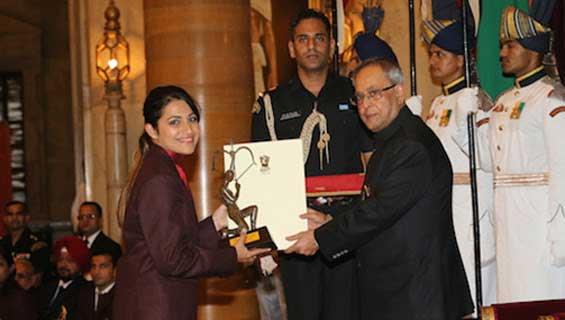 President Pranab Mukherjee presenting Arjuna Award to shooter Heena Sindhu of ONGC