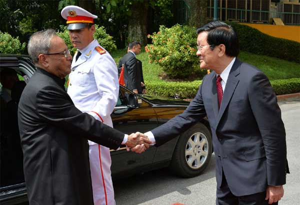 The President, Pranab Mukherjee being welcome by the President of Socialist Republic of Vietnam, Truong Tan Sang, at Ceremonial Reception, at Presidential Palace, in Hanoi, Vietnam on September 15, 2014.