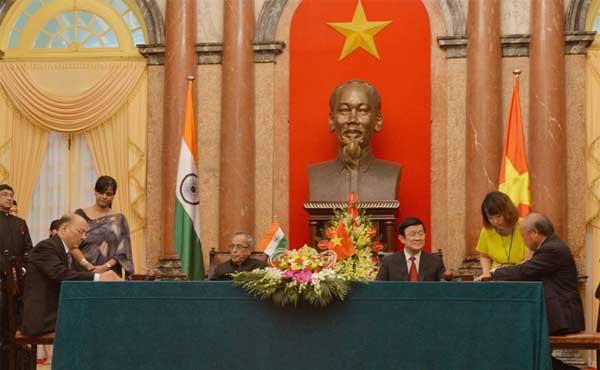 The President, Pranab Mukherjee and the President of Socialist Republic of Vietnam, Truong Tan Sang witnessing the signing ceremony of agreements and MoUs between India and Socialist Republic of Vietnam, in Hanoi on September 15, 2014.