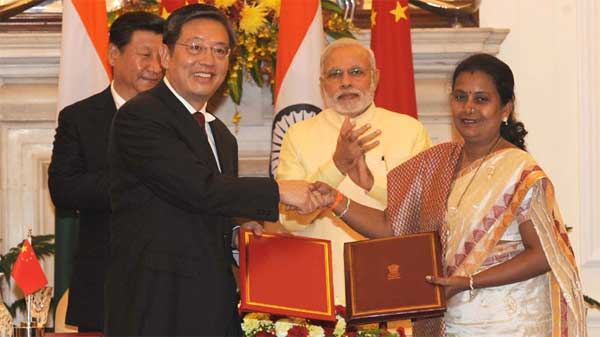 The Prime Minister, Shri Narendra Modi and the Chinese President, Mr. Xi Jinping witnessing the signing of agreement between the Mayor of Mumbai, Snehal Ambekar and the Executive Vice Mayor of Shanghai, Tu Guangshao on establishing Sister City relationship between Mumbai and Shanghai, in New Delhi on September 18, 2014.