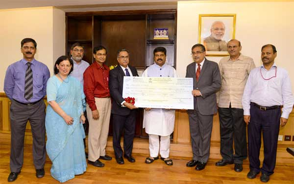 The Chairman & Managing Director, Bharat Petroleum Corporation Ltd., S. Varadarajan presenting the dividend cheque by to the Minister of State (Independent Charge) for Petroleum and Natural Gas, Dharmendra Pradhan, in New Delhi on September 25, 2014.