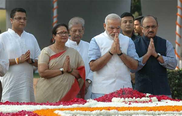 The Prime Minister, Narendra Modi paying floral tributes to the former Prime Minister, Shri Lal Bahadur Shastri, at Vijay Ghat, in Delhi on October 02, 2014.