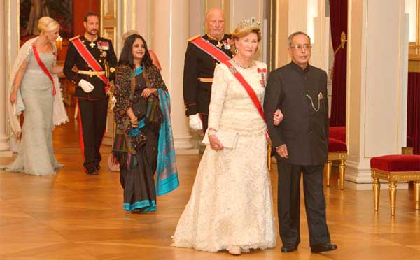 The President, Pranab Mukherjee being escorted by their Majesties King Harald V & Queen Sonja and HRH Crown Princess Mette-Marit and attending a State Banquet hosted by the King, at Royal Palace, at Oslo, Norway on October 13, 2014.