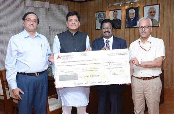 The Chairman-Cum Managing Director, NLC Ltd., B. Surender Mohan presenting a dividend cheque of Rs 271.79 crore to the Minister of State (Independent Charge) for Power, Coal and New and Renewable Energy, Piyush Goyal, in New Delhi on October 16, 2014. The Secretary, Coal, S.K. Srivastava and the Joint Secretary, Coal, A.K. Bhalla are also seen.