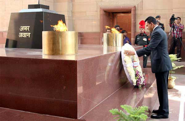 The Defence and National Security Minister of Maldives, Mohamed Nazim laying wreath at Amar Jawan Jyoti, India Gate, in New Delhi on October 21, 2014.