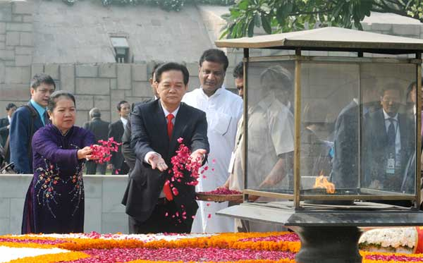The Prime Minister of Socialist Republic of Vietnam, Nguyen Tan Dung and Madame Tran Thanh Kiem paying floral tributes at the Samadhi of Mahatma Gandhi, at Rajghat, in Delhi on October 28, 2014.