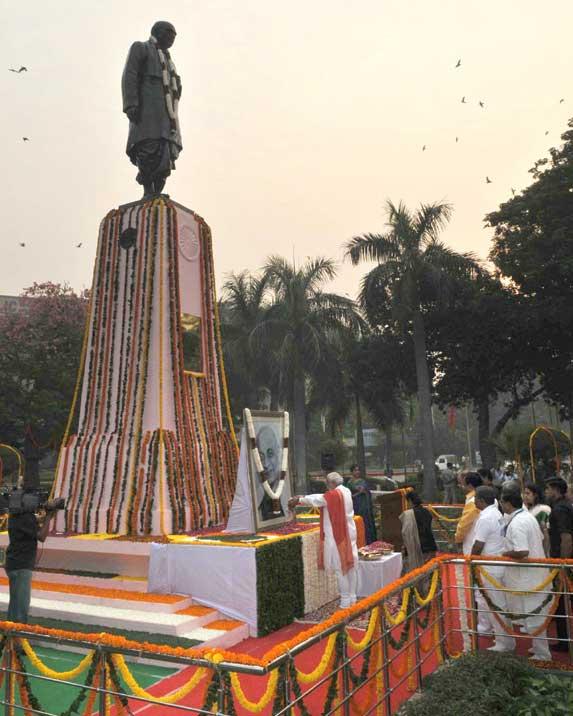 The Prime Minister, Narendra Modi paying floral tribute to Sardar Patel on Rashtriya Ekta Diwas, at Patel Chowk, in New Delhi on October 31, 2014.
