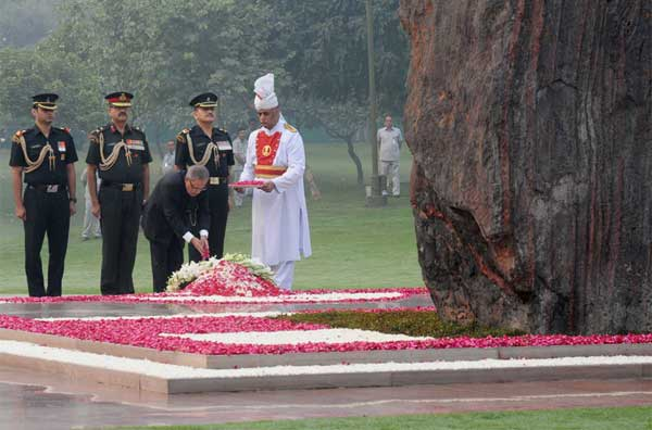 The President, Pranab Mukherjee paying floral tributes at the Samadhi of former Prime Minister, Late Indira Gandhi, on her death anniversary, at Shakti Sthal, in Delhi on October 31, 2014.