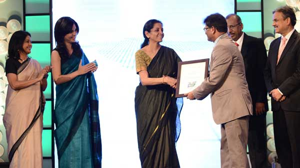 Dr.  R. S. Sangapure, Executive Director receiving Citation on behalf of Punjab National Bank from Nirmala Sitharaman, Minister of State for Industry & Commerce and Minister of State for Finance)