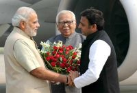 The Prime Minister, Narendra Modi being received by the Governor of Uttar Pradesh, Shri Ram Naik and the CM of Uttar Pradesh