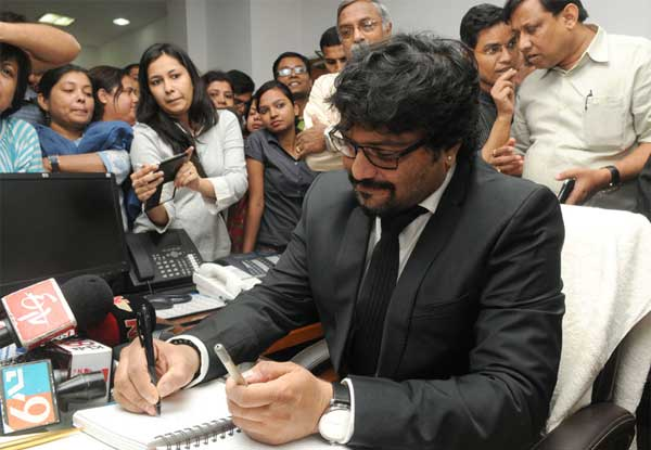 Babul Supriyo taking charge as the Minister of State for Urban Development, Housing and Urban Poverty Alleviation, in New Delhi on November 10, 2014.
