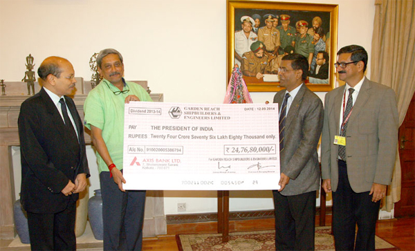 The Union Minister for Defence, Manohar Parrikar receiving a dividend cheque of Garden Reach Shipbuilders & Engineers Ltd. (GRSE), for the financial year 2013-14 from Rear Admiral (Retd.) A.K. Verma, CMD, GRSE, Kolkata, in New Delhi on November 27, 2014.