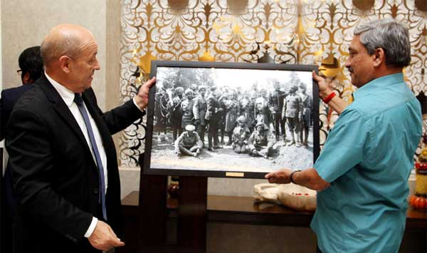The French Defence Minister, Jean-Yves Le Drian presenting a memento depicting brave Indian soldiers who participated in World War-I, to the Union Minister for Defence, Manohar Parrikar, in New Delhi on December 02, 2014.