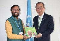 The MoS for Environment, Forest and Climate Change (IC), Prakash Javadekar presenting the book on Climate Change authored by the PM, Narendra Modi, to the UN Secretary General, Ban Ki Moon