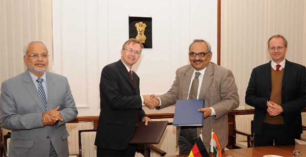 """The Finance Secretary, Rajiv Mehrishi and the Head of Development Cooperation, Embassy of Germany to India, Heiko Warnken signed the Note of Exchange for financial cooperation to support """"Green Energy Corridors (GEC)"""" project under Indo German bilateral Development Cooperation, in New Delhi on December 17, 2014."""