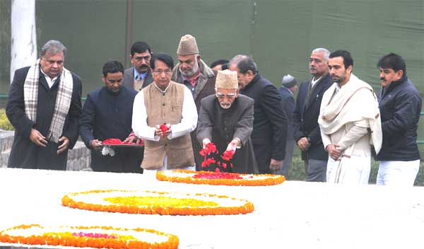 The Vice President, Mohd. Hamid Ansari paying floral tributes to the former Prime Minister, Late Ch. Charan Singh on his 112th birth anniversary, at Kisan Ghat, in Delhi on December 23, 2014.
