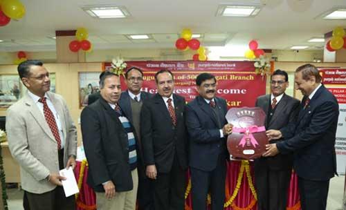 Gauri Shankar, Executive Director, PNB presenting the Pragati Shield to V.K.Jain,CM,BO:Paharganj and P.K.Shrimal, Circle Head,Circle Office - Central Delhi.