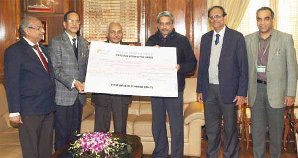 The Chairman of Hindustan Aeronautics Ltd., R.K. Tyagi presenting the first interim dividend (2014-15) cheque of Rs. 3,37,40,00,000.00, to the Union Minister for Defence, Manohar Parrikar, in New Delhi on December 30, 2014.