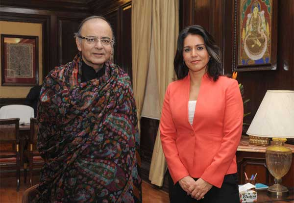 की। The Member of United States Congress (House of Representatives), Tulsi Gabbard calls on the Union Minister for Finance, Corporate Affairs and Information & Broadcasting, Arun Jaitley, in New Delhi on January 02, 2015.