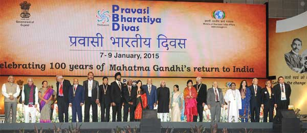 The Vice President, Mohd. Hamid Ansari with the awardees at the Valedictory Session of the Pravasi Bharatiya Divas 2015, in Gandhinagar, Gujarat on January 09, 2015. The Governor of Gujarat, O.P. Kohli, the Chief Minister of Gujarat, Anandiben Patel, the Union Minister for External Affairs and Overseas Indian Affairs, Sushma Swaraj and the Minister of State for Statistics and Programme Implementation (I/C), External Affairs and Overseas Indian Affairs, General (Retd.) V.K. Singh and other dignitaries are also seen.