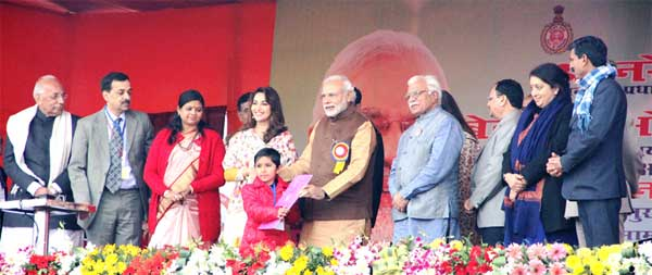 The Prime Minister, Narendra Modi launching the Sukanya Samridhi Account Scheme at the launch of the 'Beti Bachao, Beti Padhao' Programme, at Panipat, in Haryana on January 22, 2015. The Union Minister for Women and Child Development, Maneka Sanjay Gandhi and the Chief Minister of Haryana, Manohar Lal Khattar are also seen.