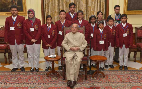 The President, Pranab Mukherjee with the winners of the National Bravery Awards-2014, at Rashtrapati Bhavan, in New Delhi on January 22, 2015.