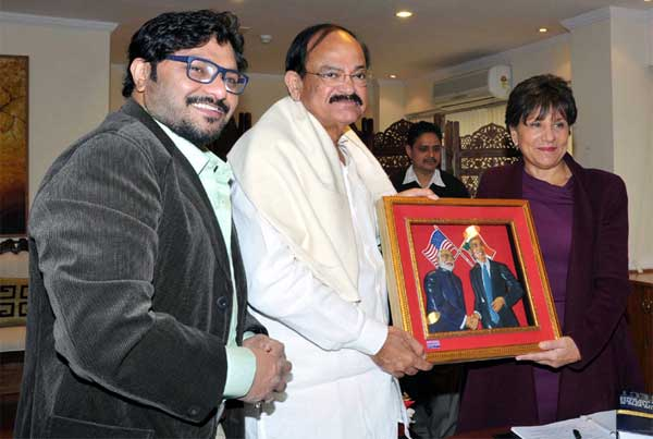 The Union Minister for Urban Development, Housing and Urban Poverty Alleviation and Parliamentary Affairs, M. Venkaiah Naidu presenting a memento to the US Secretary of Commerce, Penny Pritzker, in New Delhi on January 27, 2015. The Minister of State for Urban Development, Housing and Urban Poverty Alleviation, Babul Supriyo is also seen.
