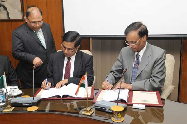 The Union Home Secretary, L. C. Goyal and the Senior Secretary, Ministry of Home Affairs, Government of Bangladesh, Dr. Md. Mozammel Haque Khan signing an agreement between the Governments of India and Bangladesh after Home Secretary level talks, in New Delhi on February 19, 2015.