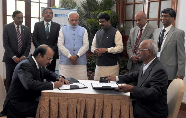 The Prime Minister, Narendra Modi witnessing the signing of an MoU between the ONGC and M/s Super Wave Technology Pvt. Ltd., at IISc, in Bengaluru on February 18, 2015. The Minister of State for Petroleum and Natural Gas (Independent Charge), Dharmendra Pradhan is also seen.