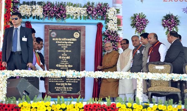 The Prime Minister, Narendra Modi dedicating the Stage I of Shri Shingaji Thermal Power Project to the nation and lays foundation stone for Stage II, in Madhya Pradesh on March 05, 2015. The Chief Minister of Madhya Pradesh, Shivraj Singh Chouhan, the Minister of State (Independent Charge) for Power, Coal and New and Renewable Energy, Piyush Goyal and other dignitaries are also seen.