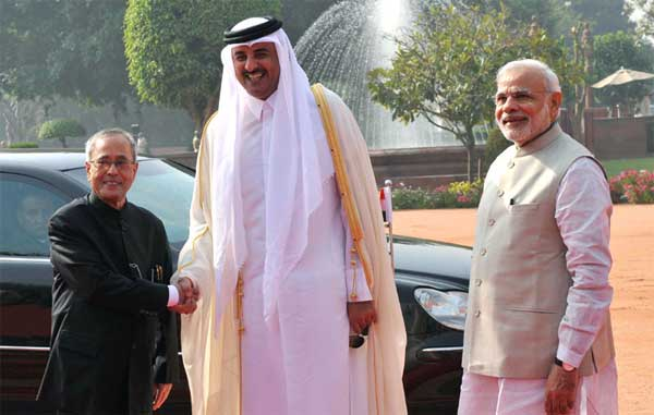 The Emir of the State of Qatar, His Highness Sheikh Tamim Bin Hamad Al-Thani being welcomed by the President, Pranab Mukherjee and the Prime Minister, Narendra Modi, at the Ceremonial Reception, at Rashtrapati Bhavan, in New Delhi on March 25, 2015.