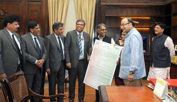 The CMD, NTPC, Arup Roy Choudhury presenting the Bonus Debenture Certificate by NTPC to Union Minister for Finance, Corporate Affairs and Information & Broadcasting, Arun Jaitley, in New Delhi on March 26 ,2015. The Minister of State (Independent Charge) for Power, Coal and New and Renewable Energy, Piyush Goyal and other dignitaries are also seen.