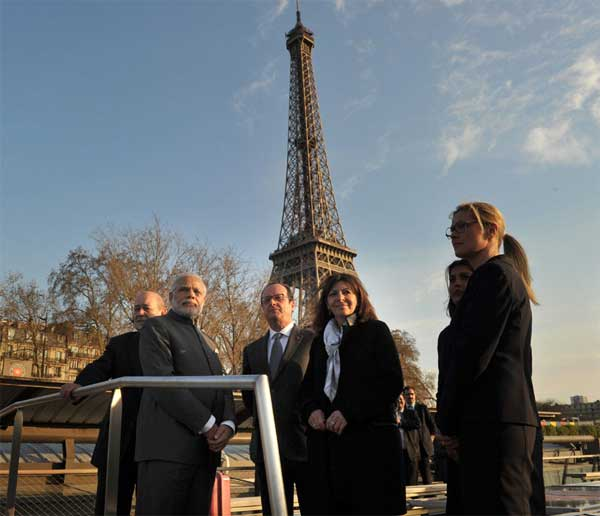 The Prime Minister, Narendra Modi and the President of France, Francois Hollande, during the boat ride on La Seine, in Paris on April 10, 2015.