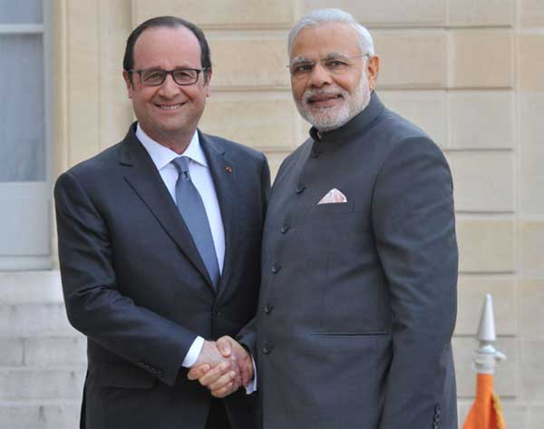 The Prime Minister, Narendra Modi with the President of France, Francois Hollande, in Paris on April 10, 2015.