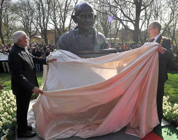 The Prime Minister, Narendra Modi unveiling the bust of Mahatma Gandhi, at Culemannstrasse, in Hannover, Germany on April 12, 2015. The Mayor of Hannover, Germany, Stefan Schostok is also seen.