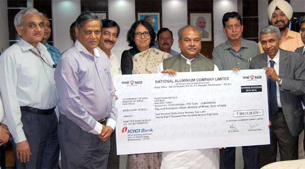 The Union Minister for Mines and Steel, Narendra Singh Tomar receiving a dividend cheque of Rs.260.72 crore from the Chairman-cum-Managing Director NALCO, Ansuman Das, in New Delhi on April 27, 2015. The Secretary, Ministry of Mines, Dr. Anup K. Pujari, the Additional Secretary, Ministry of Mines, Arun Kumar and the Joint Secretary, Ministry of Mines, Dr. Niranjan Kumar Singh are also seen.