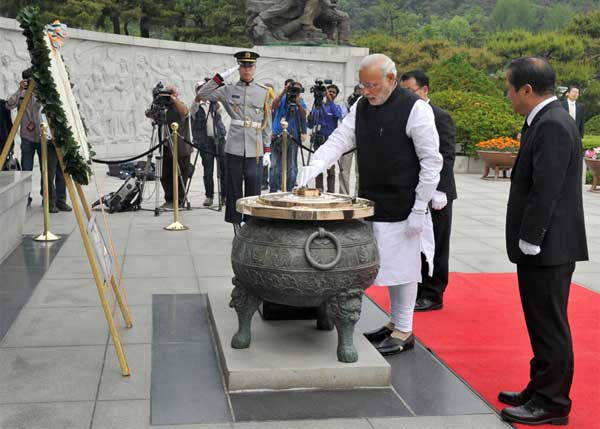 The Prime Minister, Narendra Modi at the Wreath Laying Ceremony, in Seoul National Cemetery, South Korea on May 18, 2015.
