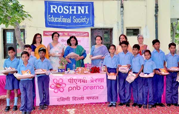 Rashima Chaudhry, President of PRERNA group of PNB South Delhi, distributing uniforms and refreshments in the function. Also seen are Veena Kaul, Smt. Rajni Kher and Urvashi Khurma, Members of PNB Prerna-South Delhi