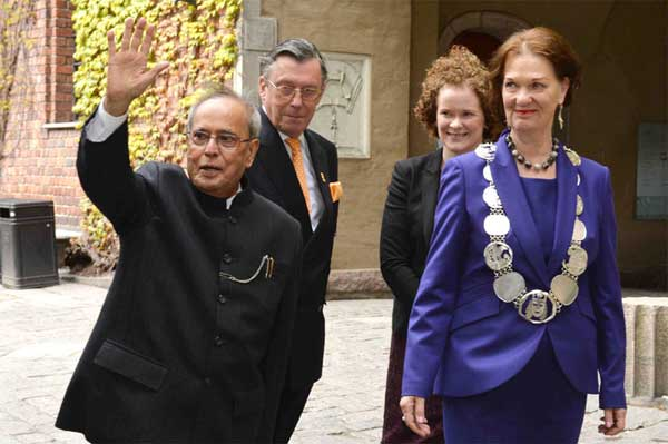 The President, Pranab Mukherjee with the Mayor of Stockholm, Karin Wanngard and the President of the Stockholm City Council, Eva Louise Erlandsson Slorach, in Stockholm, Sweden on June 01, 2015.
