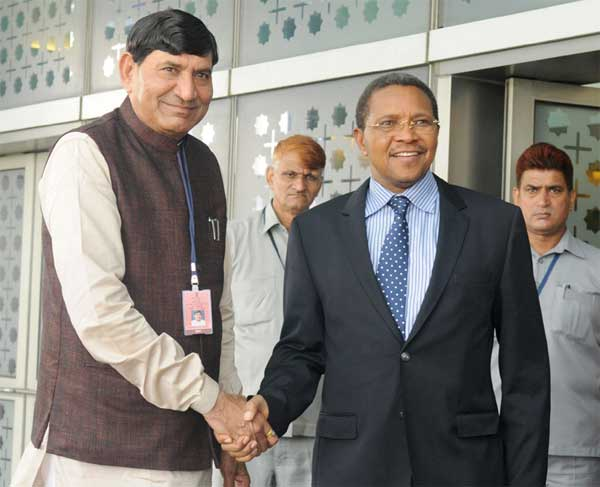 The President of the United Republic of Tanzania, Jakaya Kikwete being received by the Minister of State for Agriculture, Mohanbhai Kalyanjibhai Kundariya on his arrival, at Indira Gandhi International Airport, in New Delhi on June 17, 2015.