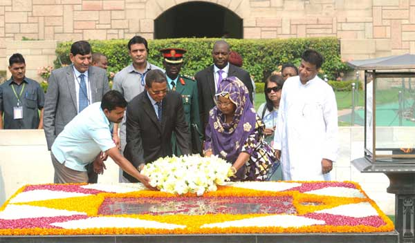 The President of the United Republic of Tanzania, Jakaya Kikwete and the First lady of Tanzania, Salma Kikwete laying wreath at the Samadhi of Mahatma Gandhi, at Rajghat, in Delhi on June 19, 2015. The Minister of State for Agriculture, Mohanbhai Kalyanjibhai Kundariya is also seen.